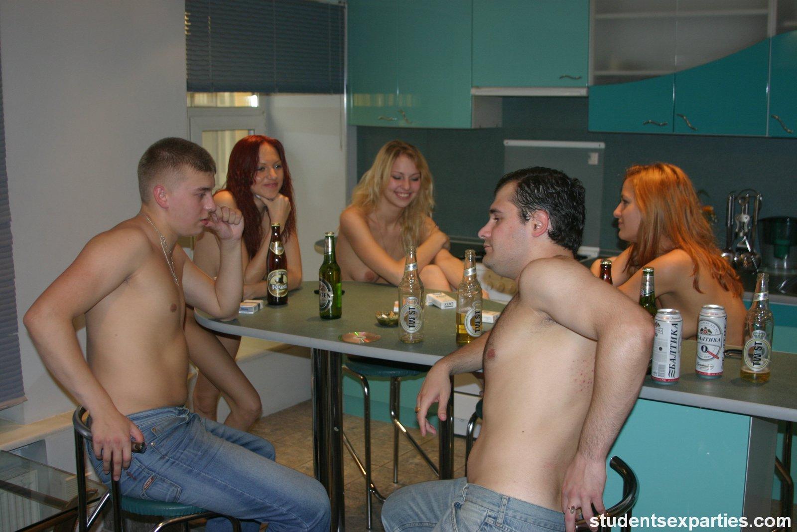 porno-v-onlayne-studencheskaya-vecherinka-nakonets-proiznesla